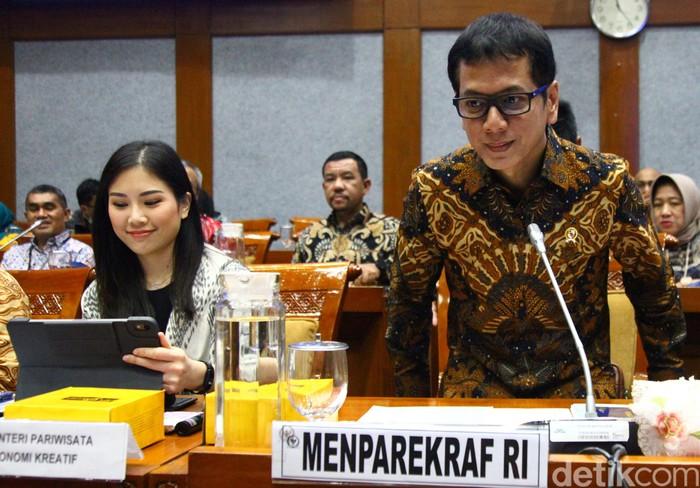 Menparekraf Wishnutama hadiri rapat kerja bersama Komisi X DPR RI. Wakil Menteri Pariwisata dan Eknomi Kreatif Angela Tanoesoedibjo juga hadiri rapat itu.