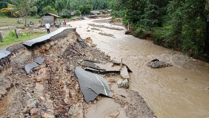 Banjir menerja sejumlah desa di Tapanuli Tengah (Tapteng), Sumatera Utara (Sumut), Selasa (28/1/2020) malam. Banjir mengakibatkan sejumlah rumah rusak dan tiang listrik ambruk.