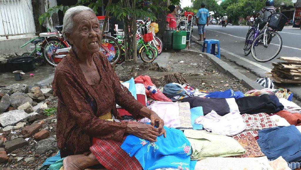 Menjanda Sejak Muda, Mbah Salami Penjual Baju Bekas Biasa Mandiri