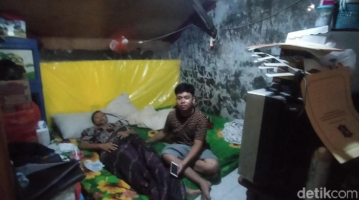 Keikhlasan Dika merawat ibunya yang kanker payudara stadium empat mencuri perhatian di media sosial. Selain mengurus ibunya yang sakit, ia juga harus mengasuh dua adiknya yang berumur 4 dan 2 tahun.