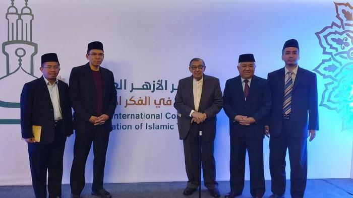 Prof Quraish Shihab Menerima Anugerah Bintang Pertama dari Pemerintah Mesir.