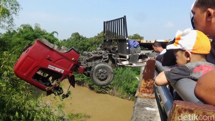 Kecelakaan tunggal terjadi di ring road atau jalan lingkar Mojoagung, Jombang. Sebuah truk trailer menabrak jembatan Sungai Gunting karena sopir mengantuk, Rabu (29/1/2020). Akibatnya, sopir dan kernet truk tercebur ke sungai dari ketinggian sekitar 10 meter. Sementara posisi truk juga menggantung di jembatan.