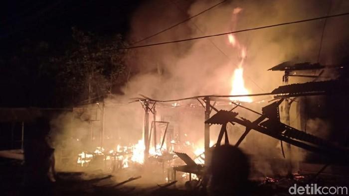 Kebakaran warung di tepi jalur pantura Probolinggo, Jawa Timur