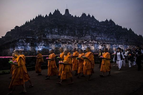Pengunjung bisa melihat bagaimana jalannya perayaan Waisak yang megah di Borobudur. (Getty Images)
