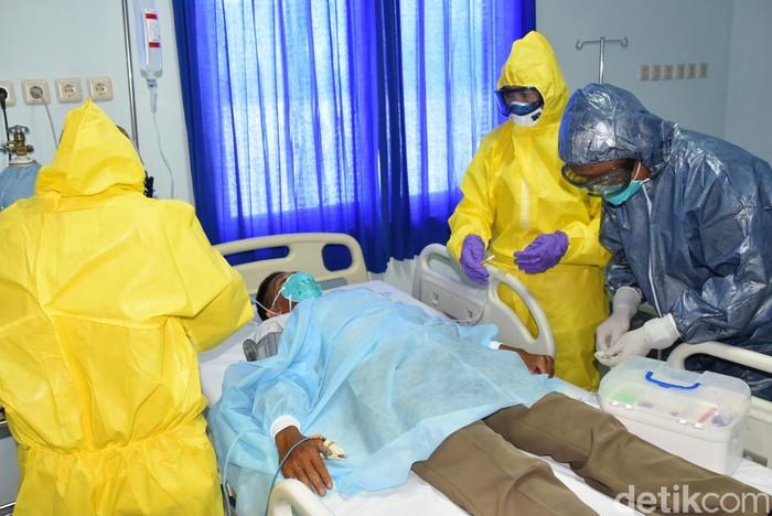 M Nur Abdurrahman-detikcom/  Rumah Sakit (RS) Jala Ammari Lantamal VI Makassar menggelar simulasi penanganan pasien yang terjangkit virus Corona.