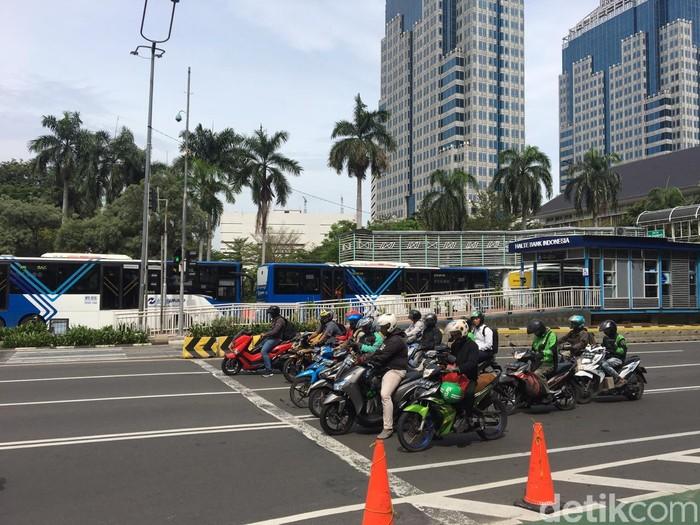 Antre bus Transjakarta dari Sarinah ke Halte Bank Indonesia. (Angga ZRF/detikcom)