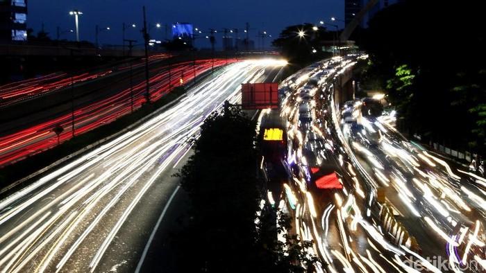 Macet tak melulu menghadirkan suasana penat akibat antrean kendaraan. Dalam bingkai foto, kemacetan justru terlihat indah dari balik lensa. Setuju?