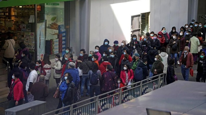 Antrean panjang warga yang hendak membeli masker terlihat di apotek maupun toko di Hong Kong. Mereka ramai-ramai beli masker agar terhindar dari virus corona.