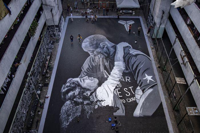 Kematian sang legenda basket dunia Kobe Bryant mengejutkan masyarakat dunia. Sejumlah mural dibuat di Filipina dan Australia untuk mengenang sang legenda.