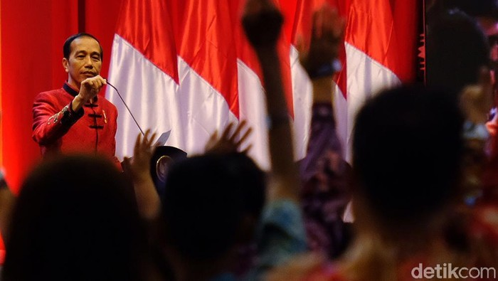 Presiden Joko Widodo (Jokowi) menghadiri perayaan Imlek Nasional tahun 2020 di ICE BSD City, Kamis (30/1). Jokowi hadir dengan mengenakan changshan.