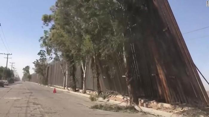 Sebagian panel tembok perbatasan AS roboh akibat angin kencang (KYMA via CNN)