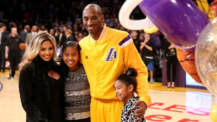 LOS ANGELES, CA - DECEMBER 19:  Kobe Bryant #24 of the Los Angeles Lakers poses with wife Vanessa and daughters Gianna (L) and Natalia during a ceremony honoring Bryant for moving into third place on the all time NBA scoring list and passing Michael Jordan, before the game withthe Oklahoma City Thunder at Staples Center on December 19, 2014 in Los Angeles, California.  NOTE TO USER: User expressly acknowledges and agrees that, by downloading and or using this photograph, User is consenting to the terms and conditions of the Getty Images License Agreement.  (Photo by Stephen Dunn/Getty Images)