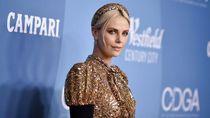 Cantiknya Charlize Theron Pakai Gaun Emas LV, Dibuat 2.800 Jam