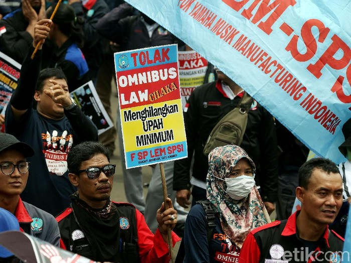 Massa buruh menggelar aksi unjuk rasa di depan Istana Negara, Jakarta. Aksi itu digelar unutk menolak Omnibus Law RUU Cipta Lapangan Kerja (Cilaka).