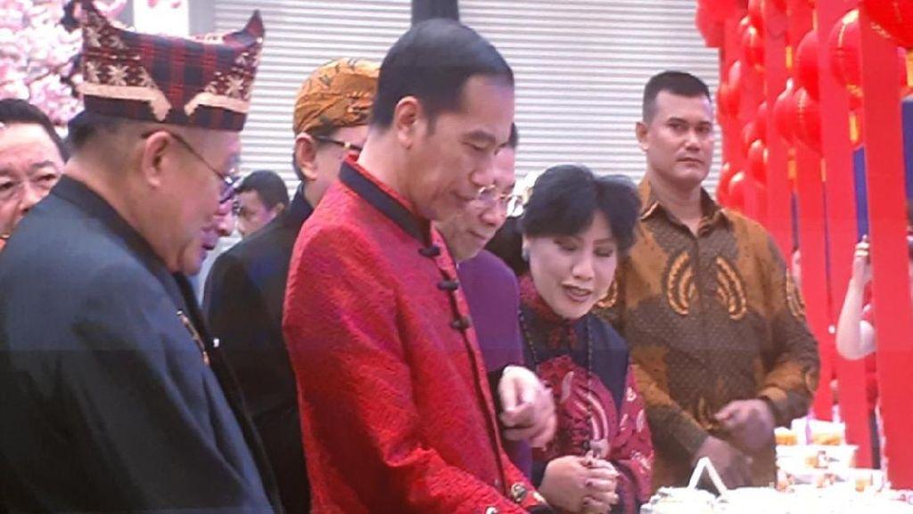 Pakai Changshan Merah, Jokowi Hadiri Perayaan Imlek Nasional
