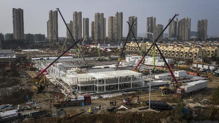 Proses pembangunan rumah sakit khusus pasien virus corona di Wuhan terus berlangsung. Rumah sakit itu ditargetkan dapat segera beroperasi di awal bulan Februari