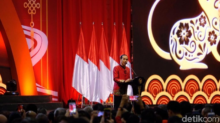 Presiden Jokowi menghadiri perayaan Imlek Nasional 2020 mengenakan changshan merah
