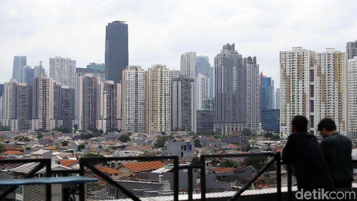 Pembangunan gedung bertingkat di Jakarta tak pernah henti. Namun hal itu berbanding terbalik dengan keberadaan ruang terbuka hijau yang minim di ibu kota.