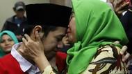 Momen Kebahagiaan Ibunda Sambut Kebebasan Lutfi
