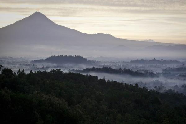 Candi Borobudur sendiri memang memiliki banyak gunung sebagai latarnya. Salah satu yang populer adalah Gunung Merapi. (Getty Images)