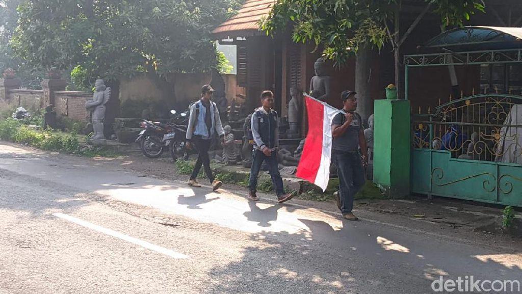 3 Pria Ini Jalan Kaki dari Mojokerto ke Jakarta untuk Minta Tolong Jokowi