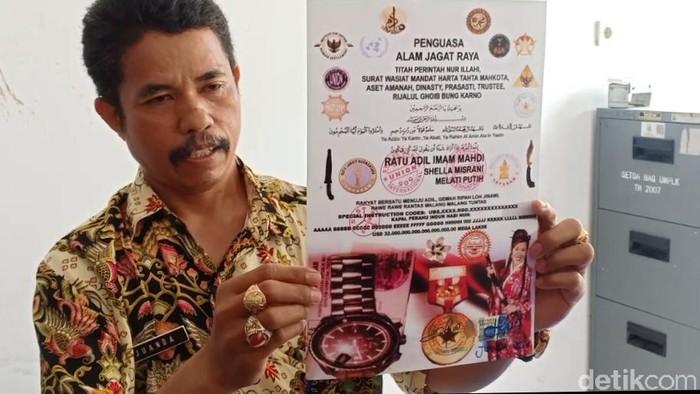 Juanda ASN Kabupaten Karawang, saat menunjukkan sertifikat King of The King dan berbagai organisasi sayapnya.