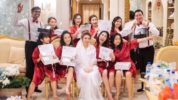 Gaun Bridesmaid Ini Bisa Diubah Jadi Ratusan Model Tanpa Batas