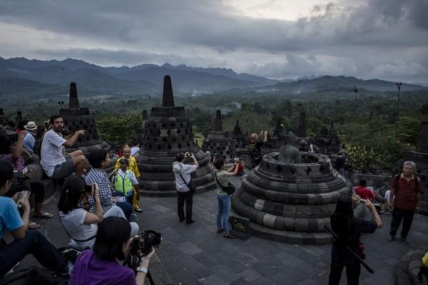 Latar bukit dan gunung di belakang Candi Borobudur juga menjadi spot foto incaran dari wisatawan. (Getty Images)