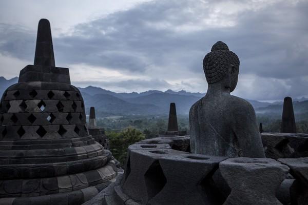 Dari atas candi pengunjung bisa melihat kemegahan komplek Borobudur yang magis dengan patung-patung Buddha.(Getty Images)