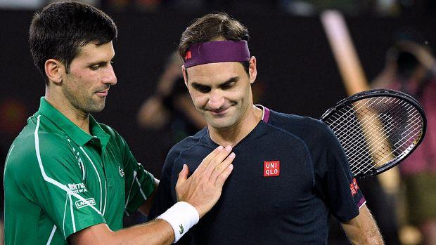 Roger Federer (kanan) saat dikalahkan Novak Djokovic di Australia Terbuka. (
