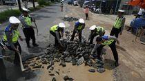 Ketika Personel Polresta Bandar Lampung Perbaiki Jalan Rusak