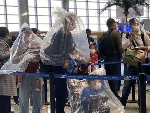 Virus Corona, Penumpang Pesawat Pakai Galon Air sampai Helm