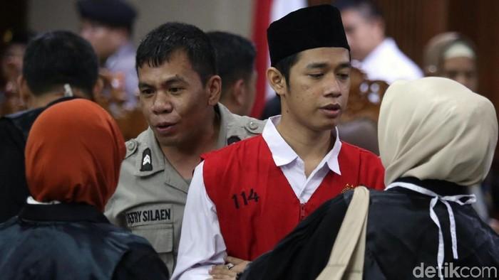 Dede Lutfi Alfiandi alias Dede bebas atas vonis 4 bulan penjara dikurangi masa tahanan. Nurhayati Sulistya, ibunda Lutfi senang putranya bisa bebas hari ini.
