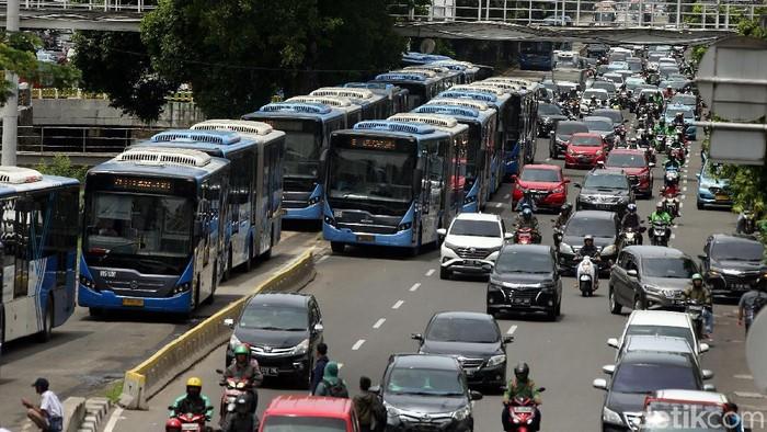 Demo buruh di kawasan Istana Negara membuat lalu lintas di area itu ditutup sementara. Penutupan itu membuat bus TransJakarta menumpuk di Halte Hayam Wuruk.