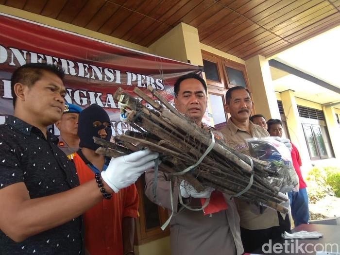 Seorang petani di Ngawi ditangkap karena memasang jebakan tikus dengan aliran listrik. Ia yakni Yusup Asngari (30), warga Dusun/Desa Budug, Kecamatan Kwadungan.