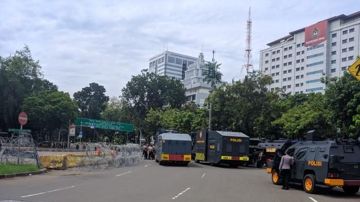 Polisi bersiaga di depan Istana Merdeka