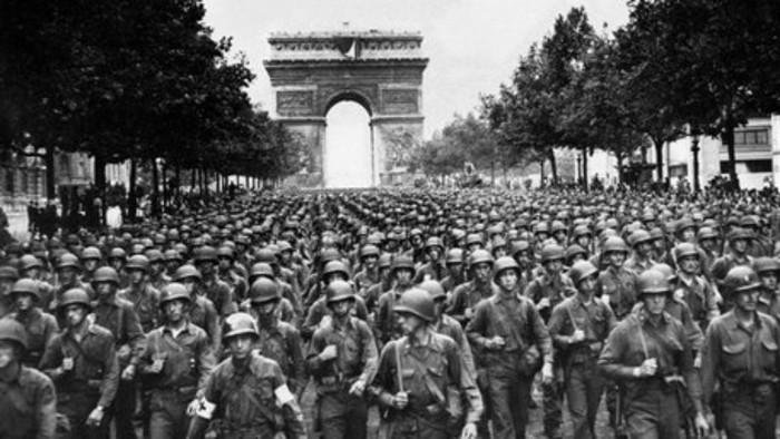 Pasukan Divisi Infanteri ke-28 berbaris di kotas Paris, Prancis (AP)