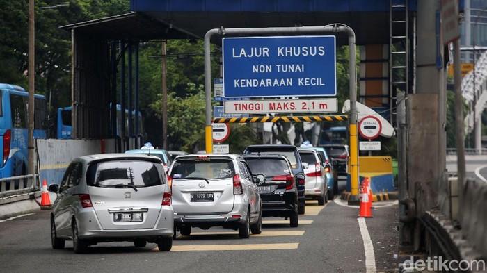 Kendaraan melintasi tol dalam kota di Jalan Gatot Subroto, Jakarta, Jumat (31/1/2020). Mulai 1 Februari 2020, tarif Tol Dalam Kota akan mengalami kenaikan. Kenaikan tarif berlaku untuk kendaraan golongan I menjadi Rp 10.000.