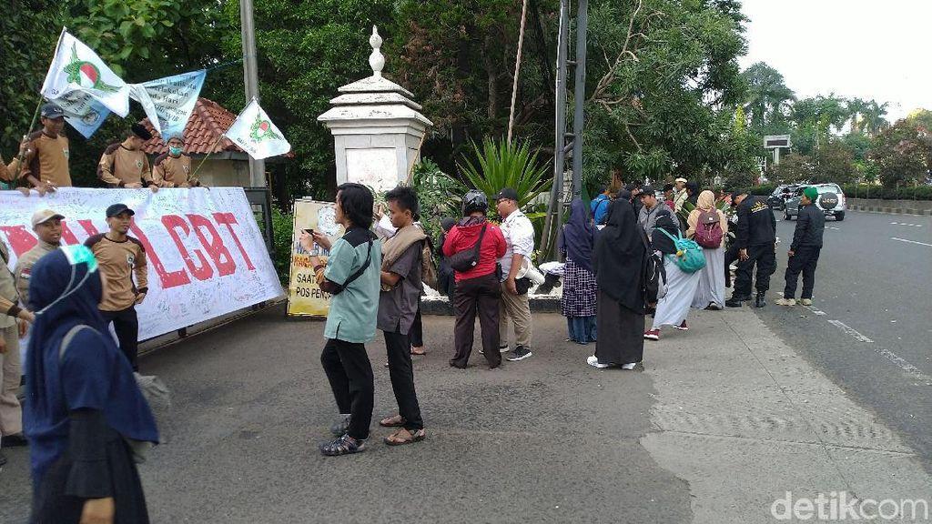 Usai Audiensi dengan Pemkot Depok, Massa Tolak LGBT Bubar