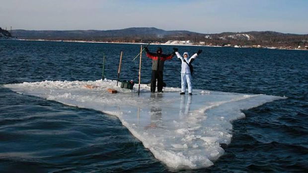Kisah Penyelamatan Dramatis Nelayan Rusia dari Es yang Mencair