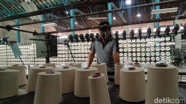 Sibuknya Pabrik Masker di Surabaya Imbas Virus Corona