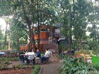 Pengunjung bisa duduk-duduk sembari menikmati hidangan dari kafe yang ada di sana.