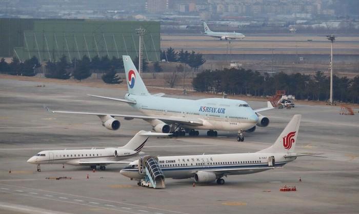 Korea Selatan terbangkan pesawat untuk evakuasi warganya dari Wuhan. Usai dievakuasi mereka nantinya juga akan dikarantina guna cegah penyebaran virus corona.