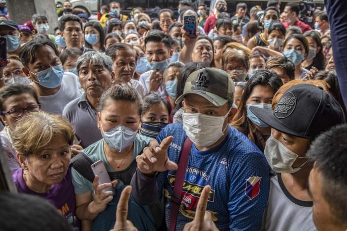 Pascaotoritas Filipina mengonfirmasi kasus virus corona di wilayahnya, sejumlah warga berbondong-bondong memburu masker untuk antisipasi.