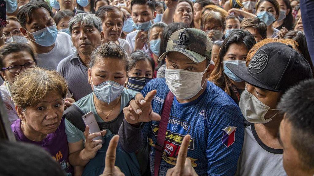 Warga Filipina Berbondong-bondong Berburu Masker