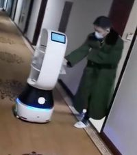 Canggih! Robot Pengantar Makanan Ini Bantu Warga yang Terisolasi karena Virus Corona