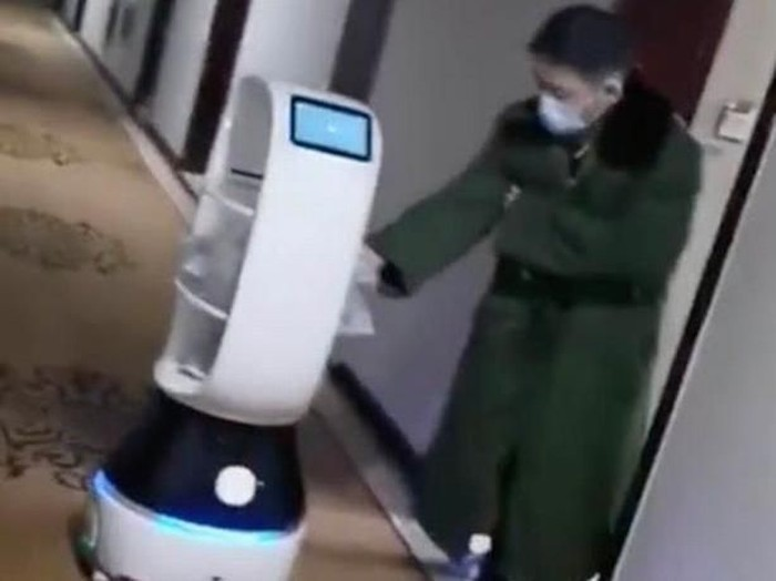 robot antar makanan di wuhan