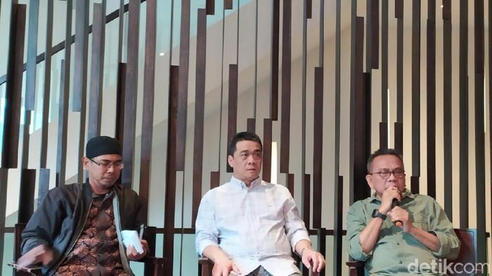 Ketua DPD Gerindra DKI Jakarta M Taufik (kanan) dan Cawagub DKI Ahmad Riza Patria (tengah)