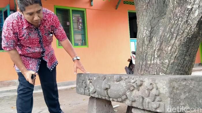 Tim BPCB Jateng mengecek kondisi batu doorpel di Dusun Mondokan, Klepu, Ceper, Klaten, Jumat (31/1/2020).
