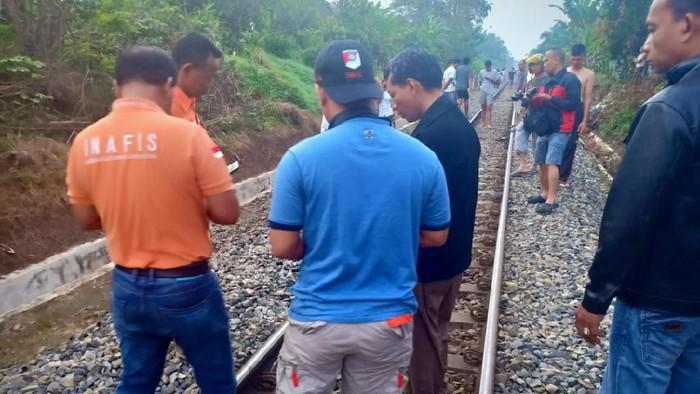 Seorang pria berusia 52 tahun, Syahril Nasution, tewas tertabrak kereta api di Tebing Tinggi, Sumatera Utara (Sumut). Mayat Syahril ditemukan tergeletak di rel kereta api.